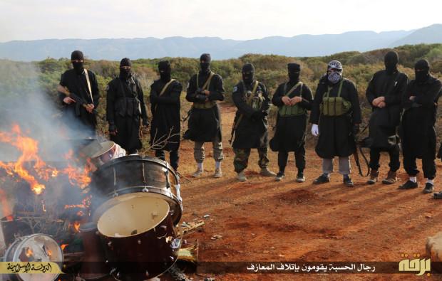 Τζιχαντιστές καίνε ντραμς καθώς αυτά τα όργανα, όπως και τα σαξόφωνα, απειλούν την θρησκευτική τους συνείδηση, όπως και τα κινητά τηλέφωνα. (PHOTO: EPIC TIMES).