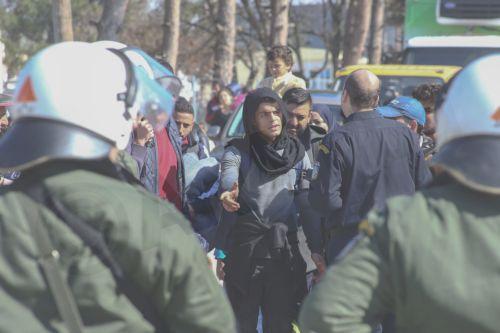 Πρόσφυγες σήκωσαν τον φράχτη στο Κεντρο Μετεγκατάστασης Διαβατών και προσπαθούν με κάθε τρόπο να φύγουν προς τα σύνορα, Πέμπτη 25 Φεβρουαρίου 2015