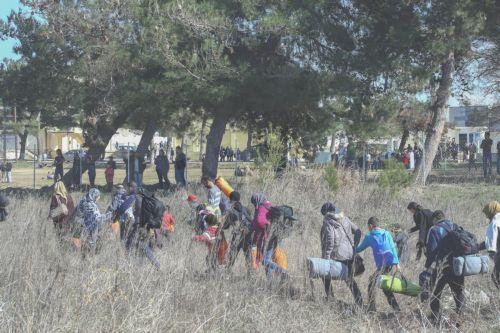 Πρόσφυγες σήκωσαν τον φράχτη στο Κενρτρο Μετεγκατάστασης Διαβατών και προσπαθούν με κάθε τρόπο να φύγουν προς τα σύνορα, Πέμπτη 25 Φεβρουαρίου 2015