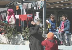 Μετανάστες και πρόσφυγες φτάνουν στο λιμάνι του Πειραιά, την Πέμπτη 25 Φεβρουαρίου 2016. Πάνω από 2000 πρόσφυγες και μετανάστες έφτασαν μέχρι το μεσημέρι στο λιμάνι του Πειραιά προερχόμενοι από τα νησιά. Οι μετανάστες κατευθύνθηκαν στους επιβατικούς σταθμούς του λιμανιού του Πειραιά όπου φιλοξενούνται προσωρινά ενώ κάποιοι από αυτούς αναμένεται να οδηγηθούν στα κέντρα προσωρινής κράτησης με πούλμαν.