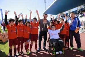 Ο Γ. Καραγκούνης με παιδιά από τις Αθλητικές Ακαδημίες ΟΠΑΠ