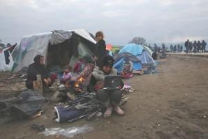 Πρόσφυγόπουλο παίζει με ψεύτικο υπολογιστή στον αυτοσχέδιο καταυλισμό προσφύγων της Ειδομένης, Πέμπτη 17 Μαρτίου 2016. Το κλείσιμο των συνόρων με τη ΠΓΔΜ έχει εγκλωβίσει στην Ελληνική επικράτεια περισσότερους από σαράντα χιλιάδες πρόσφυγες και μετανάστες γεγονός που έχει προκαλέσει μία ανθρωπιστική κρίση, ειδικά στο καταυλισμό της Ειδομένης, όπου χιλιάδες ανθρωποι διαβιούν υπό άθλιες συνθήκες.