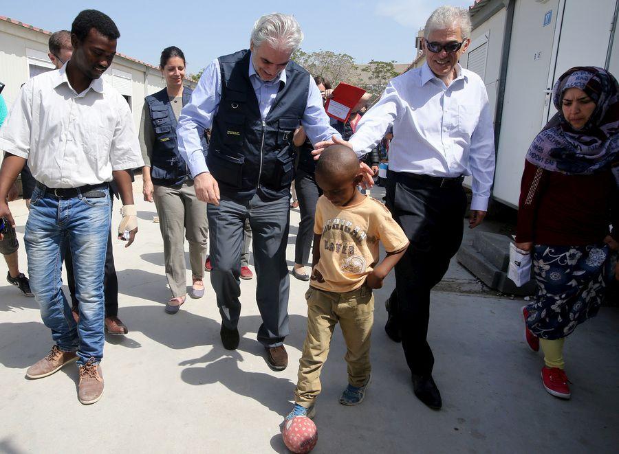 Ο επίτροπος της ΕΕ για την Ανθρωπιστική Βοήθεια και τη Διαχείριση Κρίσεων Χρήστος Στυλιανίδης συνομιλεί με πρόσφυγες στον Ελαιώνα, Τρίτη 19 Απριλίου 2016. Τη δομή φιλοξενίας προσφύγων στον Ελαιώνα επισκέφτηκαν ο επίτροπος της ΕΕ για την Ανθρωπιστική Βοήθεια και τη Διαχείριση Κρίσεων Χρήστος Στυλιανίδης συνοδευόμενος από το αναπληρωτή υπουργό, αρμόδιο για τη Μεταναστευτική Πολιτική Γιάννη Μουζάλα και τον δήμαρχο Αθηναίων, Γιώργο Καμίνη. ΑΠΕ-ΜΠΕ/ΑΠΕ-ΜΠΕ/Παντελής Σαίτας