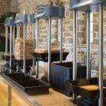 Μουσεία Ελιάς στην Ελλάδα Παρασκευή 24/10/2014 Συντάκτης: Ημέρα τση Ζάκυθος ΣΤΙΓΜΕΣ Μουσείο Βιομηχανικής Ελαιουργίας Λέσβου Το Μουσείο Βιομηχανικής Ελαιουργίας Λέσβου (ΜΒΕΛ), στην Αγία Παρασκευή Λέσβου, δημιουργήθηκε από το Πολιτιστικό Ίδρυμα Ομίλου Πειραιώς (ΠΙΟΠ), το οποίο έχει και την ευθύνη για τη λειτουργία του. Στεγάζεται στο χώρο του παλαιού κοινοτικού ελαιοτριβείου, η χρήση του οποίου παραχωρήθηκε στο Ίδρυμα από τον Δήμο Αγίας Παρασκευής.