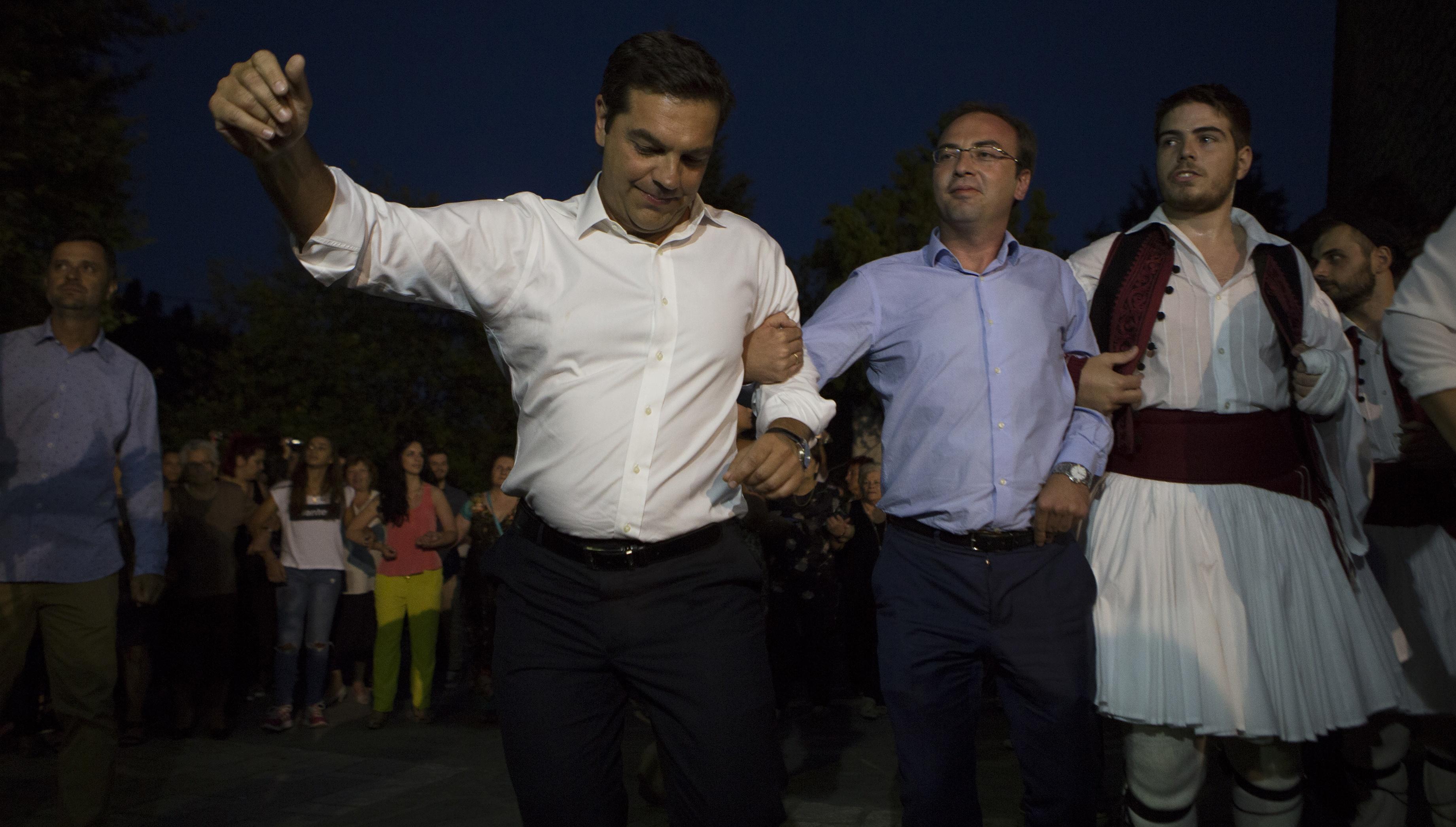 Ο πρωθυπουργός Αλέξης Τσίπρας χορεύει στην πλατεία του χωριού του, το Αθαμάνιο Άρτας, τον παραδοσιακό χορό των Τζουμέρκων και των χωριών στα Αθαμάνια Ορη, το «Καγκελάρι», την Τρίτη 16 Αυγούστου 2016, ανήμερα της ημέρας που γιορτάζει το Αθαμάνιο. Ο πρωθυπουργός, κατά την επίσκεψή του στο Αθαμάνιο 'Αρτας, έδειξε να απολαμβάνει τούτο το αντάμωμα με συγγενείς και φίλους. ΑΠΕ-ΜΠΕ/ΑΠΕ-ΜΠΕ/ΡΑΠΑΚΟΥΣΗΣ ΔΗΜΗΤΡΗΣ