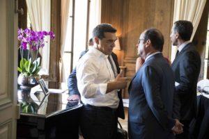 (Ξένη Δημοσίευση) Ο Γάλλος Πρόεδρος Φρανσουά Ολάντ (Δ) συνομιλεί με τον πρωθυπουργό Αλέξη Τσίπρα (Α), κατά τη διάρκεια της συνάντησης των Σοσιαλιστών αρχηγών κρατών και κυβερνήσεων στο Παρίσι, την Πέμπτη 25 Αυγούστου 2016. Στο Παρίσι, για τη συνάντηση των Ευρωπαίων Σοσιαλδημοκρατών ηγετών, βρίσκεται ο πρωθυπουργός, όπου είναι ο μόνος ηγέτης από το κόμμα της Ευρωπαϊκής Αριστεράς και συμμετέχει στη συνάντηση ως παρατηρητής. Αντικείμενο της συνάντησης είναι η προσπάθεια να διαμορφωθεί κοινή στάση των προοδευτικών Ευρωπαίων ηγετών στη σύνοδο της Μπρατισλάβα, όπου συγκαλείται στις 16 Σεπτεμβρίου άτυπη Σύνοδος Κορυφής της ΕΕ, με αντικείμενο το Brexit και τα δεδομένα που διαμορφώνονται στην Ευρώπη μετά τις πρόσφατες εξελίξεις στην Βρετανία. ΑΠΕ-ΜΠΕ/ΓΡΑΦΕΙΟ ΤΥΠΟΥ ΠΡΩΘΥΠΟΥΡΓΟΥ/Andrea Bonetti