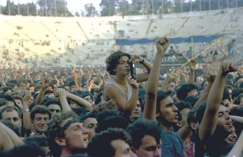 Στις 26 και 27 Ιουλίου 1985 διοργανώθηκε, στο πλαίσιο των εκδηλώσεων του Υπουργείου Πολιτισμού για την ανακήρυξη της Αθήνας σε Πολιτιστική Πρωτεύουσα της Ευρώπης, το φεστιβάλ Rock in Athens, με τη συμμετοχή μερικών από τα γνωστότερα μουσικά συγκροτήματα της δεκαετίας του '80 όπως οι Clash, οι Stranglers και οι Cure. (Φωτογραφία: N. Aποστολόπουλος)