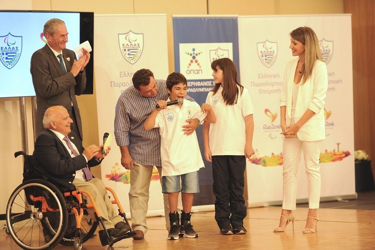 O Παναγιώτης Αραβίδης και η Μαρίνα Λαζαρίδου με τον  Πρόεδρο του ΟΠΑΠ Ka._