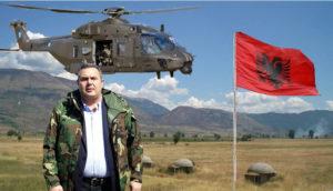Μεικτή στολή. Αμπέχωνο με πολιτικά και πίσω ελικόπτερο.